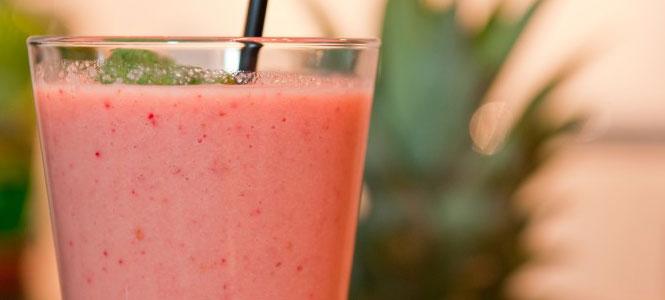 Jarní smoothie z manga a jahod