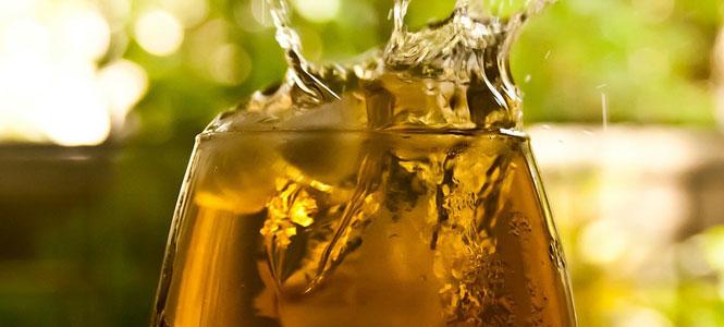 Netradiční smoothie ze zeleného čaje a mandlí