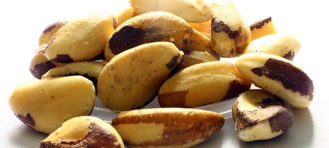 Para ořechy na hromádce