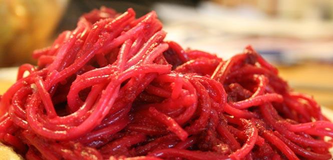Špagety s omáčkou z pečené červené řepy