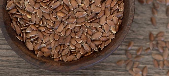 Lněná semínka v dřevěné misce